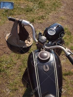 55384680-lenker-mit-spiegel-und-vintage-motorradhelm-er-in-dem-sechzigsten-gemacht-tschechisch...jpg