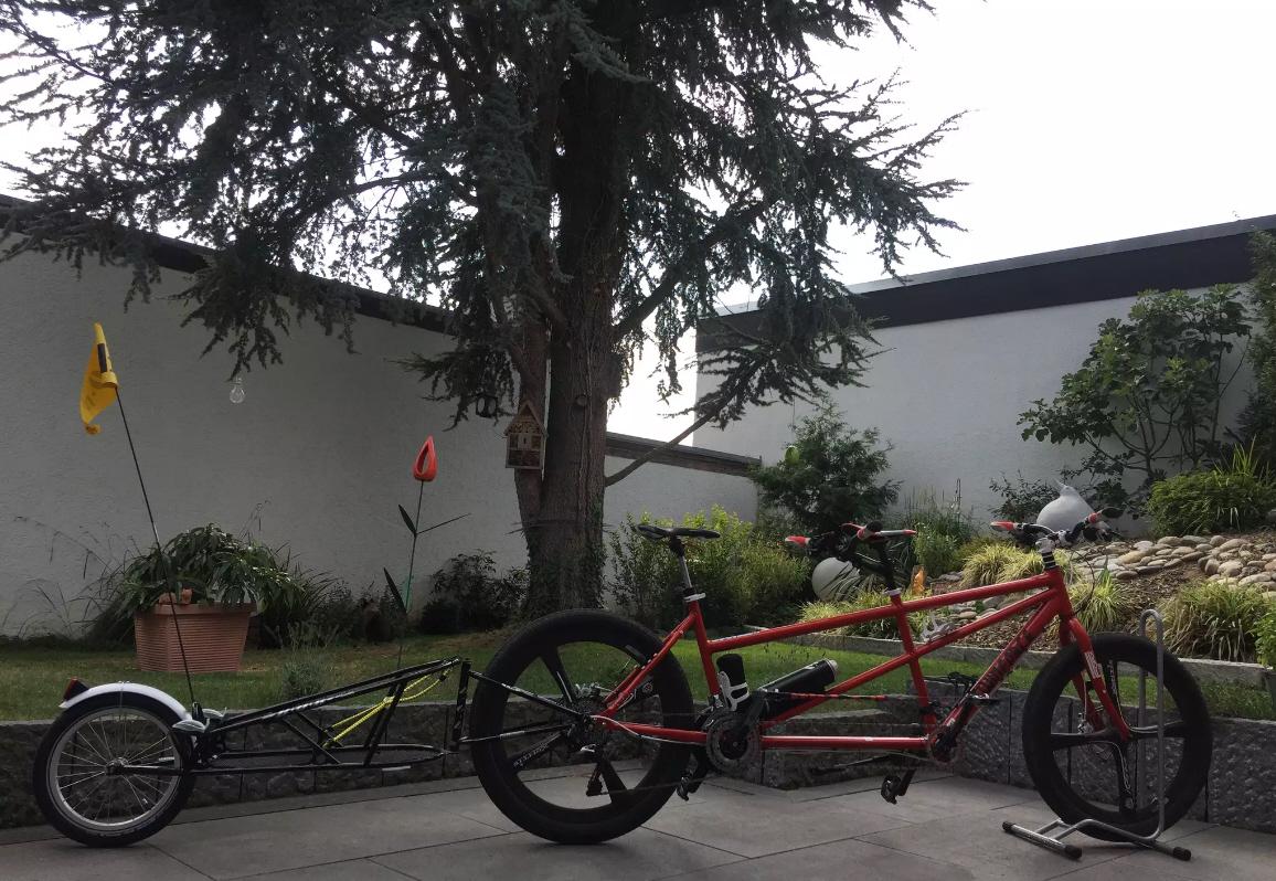 e-Bike-Tandem mit BoB-Hänger.
