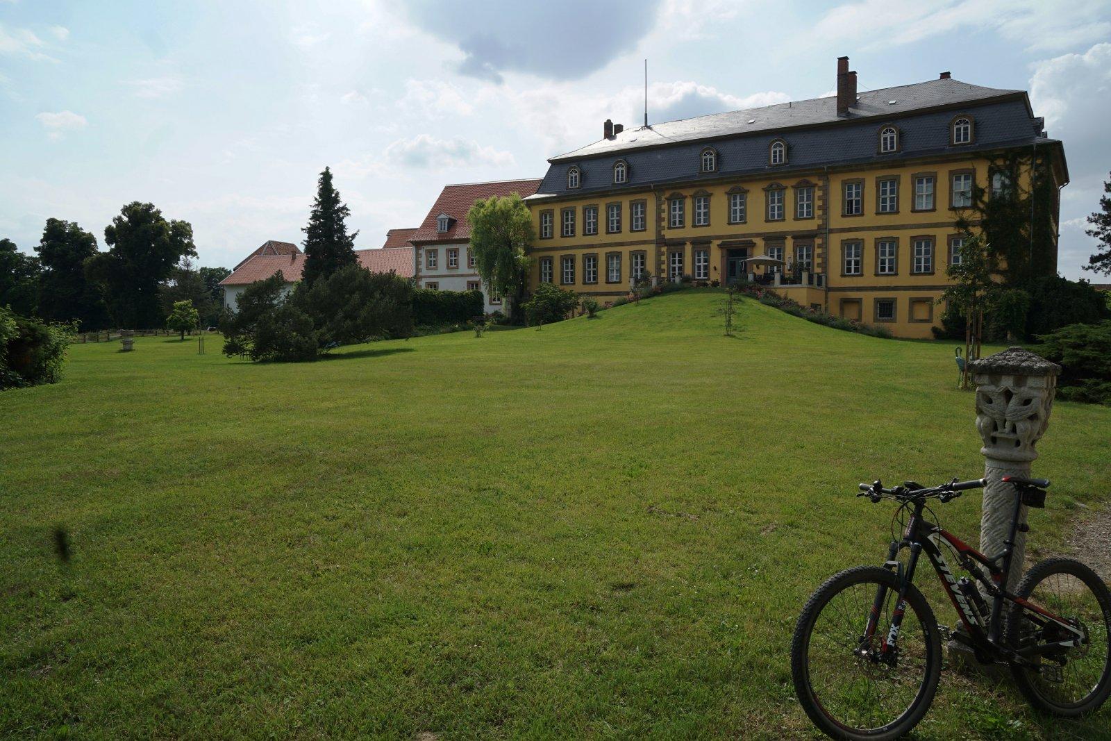 Rittergutpark mit Haupthaus.JPG