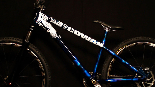 cowan bikes pr sentiert dirt jump rahmen aus carbon mtb. Black Bedroom Furniture Sets. Home Design Ideas