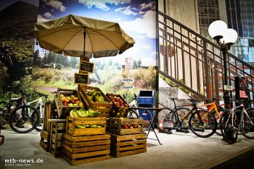 Der Specialized Stand auf der Eurobike 2013 entführt den Besucher in verschiedene, detailreich eingerichtete Themenwelten.