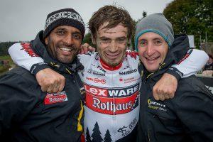 Die beiden Männer hinter den Kulissen im Lexware-Mountainbike-Team zusammen mit dem frisch gebackenem Vize-Marathonmeister Markus Bauer