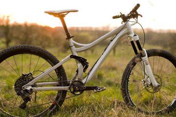 Das konisch zulaufende Steuerrohr trägt zwar noch kein Logo, ist jedoch bereits nah an der Serie. Die Schweißnähte gibt es nur beim Prototypen - das Serienrad wird aus Carbon gefertigt.