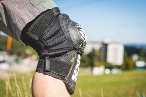 Schweizer Protektion: iXS Dagger Knieschoner im Test