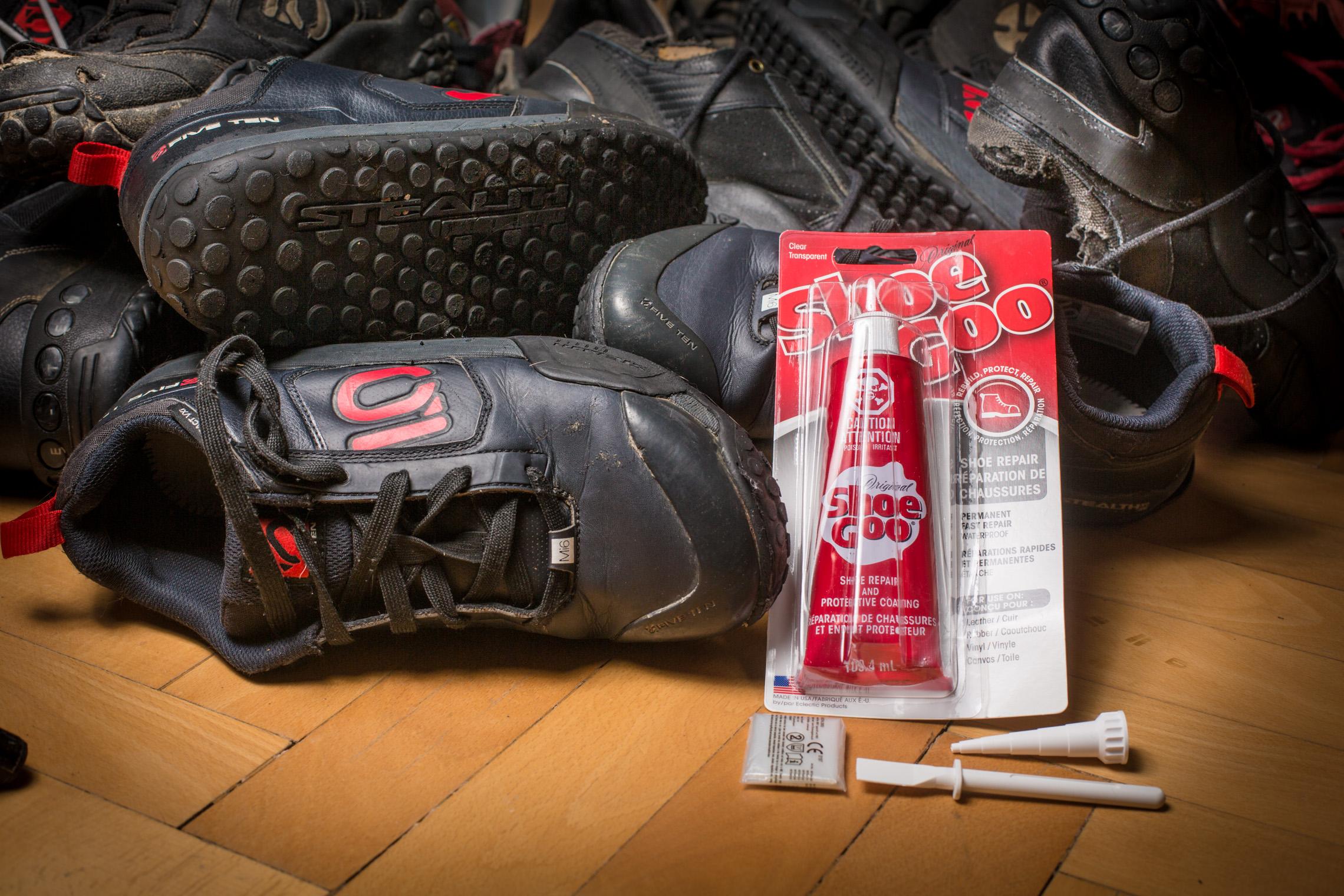 Reparieren statt wegwerfen: Shoe Goo Kleber für die Sohle im